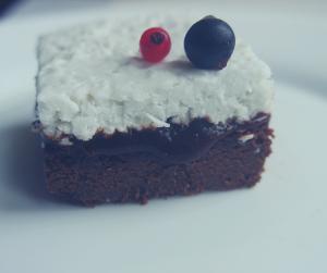 Ciasto z kremem kokosowym i powidłami śliwkowymi