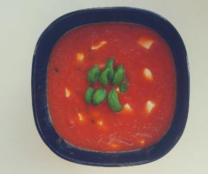 Zupa krem z pomidorów z mozzarellą