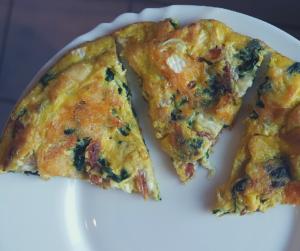 Omlet z wędzonym łososiem i serem pleśniowym (keto, lchf)