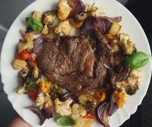 Stek wołowy z pieczonymi warzywami (keto, lchf)