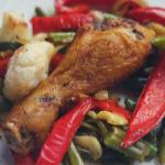 Podudzia kurczaka pieczone z warzywami (keto, lchf)