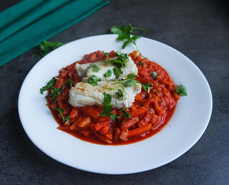 keto ryba z warzywami w sosie pomidorowym włoszczyzna dieta ketogeniczna przepisy jadietetyk