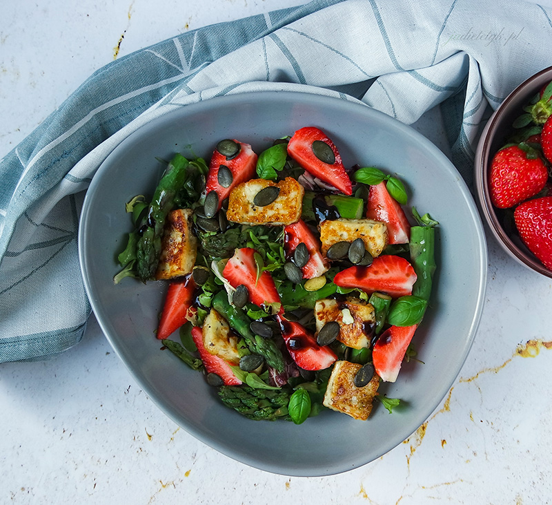 keto sałatka z halloumi, szparagami i truskawkami jadietetyk dieta ketogeniczna